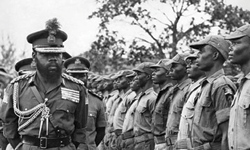Ojukwu-inspecting-a-guard-of-honour-mounted-by-his-Biafra-troops.2.jpg